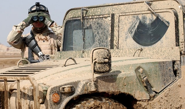 soldado con prismáticos militares